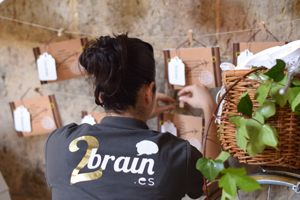 Idoia, de 2brain.es, colocando un seating plan como wedding planner